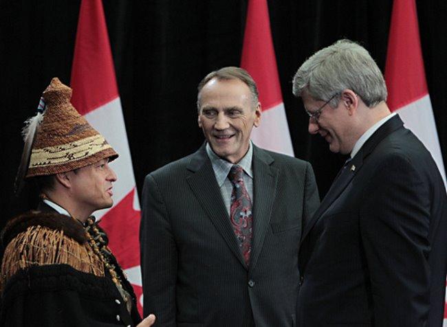 С 1982 г. года в Канаде существует Королевская Ассамблея «первых наций» (Assembly of First Nations, первыми нациями в Канаде теперь политкорректно называют индейцев). Ассамблею, которая объединяет вождей племен из всей Канады и представляет индейцев на федеральном уровне, возглавляет национальный вождь. С 2012 по 2014 гг. этот пост занимал достопочтенный Шон Атлео (Shawn A-in-chut Atleo), один из вождей народа нутка, или нуу-ча-нульт (nootka, nuu-chah-nulth, nootka) группы племен, относящихся к вакашской (wakashan) языковой семье и живущих на тихоокеанской побережье нынешней Канады). На данной фотографии достопочтенный Шон Атлео (слева) в корзиновидной индейской шляпе беседует с тогдашним премьер-министром Канады Стивеном Харпером (Stephen Harper, справа) и министром по делам аборигенов и развитию северных территорий Джоном Дунканом (John Duncan, в центре) перед началом всеканадского Королевского сбора «первых наций (Crown-First Nations Gathering) в Оттаве, в январе 2012 г. Илл.: канадского Министерства по делам аборигенов и развитию Севера (Aboriginal Affairs and Northern Development Canada).
