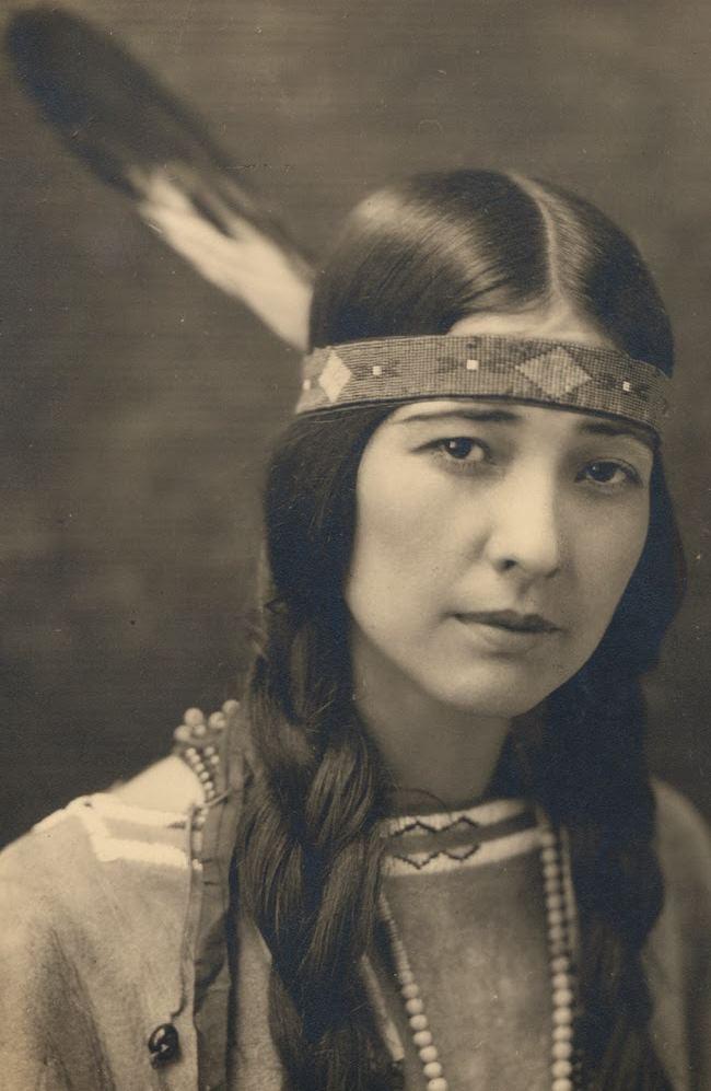 Индеанка из племени чикасо (chickasaw (chickasaw, относится к мускогской (маскогской, muskogean) языковой семье) в оголовье с пером. Со старинной фотографии.