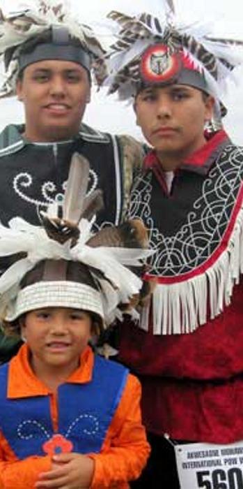 На илл.: Современные представители ирокезских племен Канады и США в головных уборах гоставех (англ. gustoweh; от слова из языка уже упоминавшегося выше ирокезского (iroquois) племени мохоков (mohawk) - guhsto:wa; в языке еще одного ирокезского племени тускарора (tuscarora) слово gustowah, применялось к лидерам, и означало «мы говорим через них») - на своем ежегодном танцевальном фестивале Akwesasne Pow Wow (здесь 2010 года), в резервации племени моховков Аквесасне (Akwesasne). Резервация расположена одновременно на территории Канады и США.