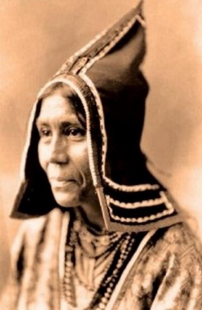 Представительница племени микмаков (míkmaq) в остроконечной шапке. Со старинной фотографии. Микмаки входили в Вабанакскую конфедерацию племен (wabanaki, относясь к алгонкинской (algonquian) языковой семье).