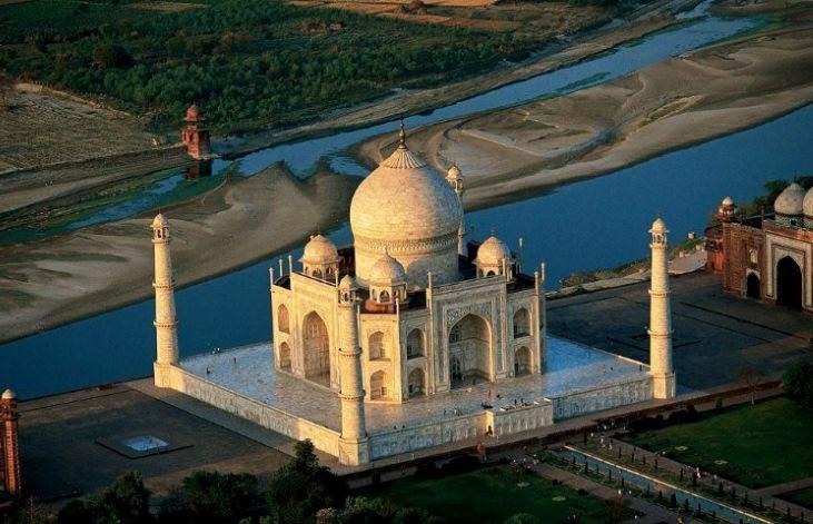 Самый знаменитый символ наследия Великих Моголов и Шах-Джахана - Тадж-Махал на реке Джамна (Ямуна) – притоке Ганга в Агре. Вид с воздуха.