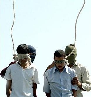 Фотография, опубликованная несколько лет назад на Западе: На ней изображена казнь двух молодых людей в Иране, как утверждается, за нетрадиционные сексуальные отношения.