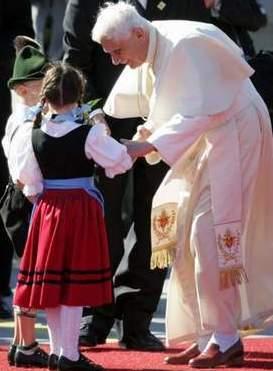 Папу-баварца Бенедикта XVI встречают во время папского визита в Мюнхен дети в традиционных национальных баварских костюмах.