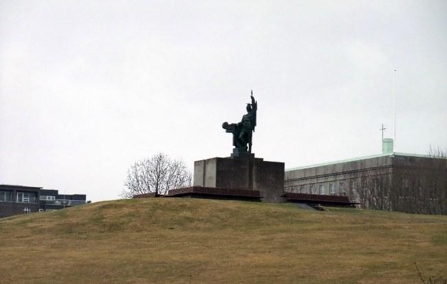 Разные ракурсы памятника первопоселенцу Исландии и основателю Рейкьявика Ингольву Арнарсону (Ingólfur Arnarson) в парке Arnarhóll, в столице Исландии Рейкьявике. Этот памятник является одной из самых важных достопримечательностей города. Он был установлен в 1924 г. на пожертвования.