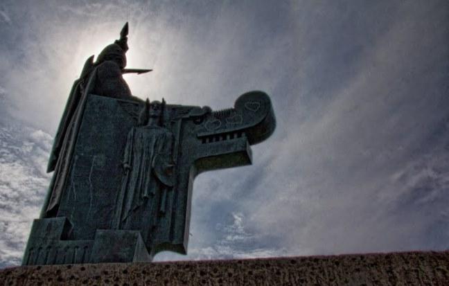И еще один ракурс памятника первопоселенцу Исландии и основателю Рейкьявика Ингольву Арнарсону (Ingólfur Arnarson) в парке Arnarhóll, в столице Исландии Рейкьявике.