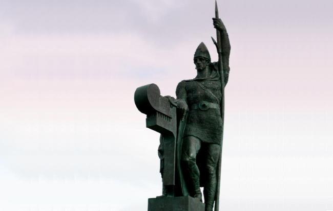 И, наконец, заключительный ракурс памятника первопоселенцу Исландии и основателю Рейкьявика Ингольву Арнарсону (Ingólfur Arnarson) в парке Arnarhóll, в столице Исландии Рейкьявике.