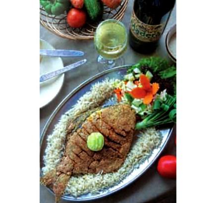 Блюдо из кухни Гоа: Жареный лещ с рисом и салатом. Илл. из журнала «Индия перспективы».