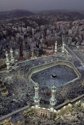 Панорама Мекки с камнем Каабы посреди открытого двора мечети «Масджид аль-Харам».