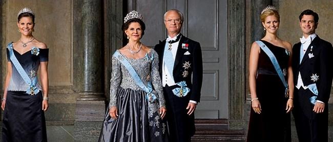 На иллюстрации: Современный портрет королевской семьи Швеции в узком составе: Принцесса Виктория, королева Сильвия, король Карл XVI Густав, принцесса Мадлен и принц Карл-Филипп.