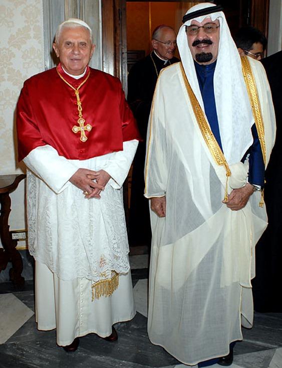 На иллюстрации из британской газеты «Дейли мейл»: Саудовский король Абдалла (справа) с Папой Римским Бенедиктом XVI в Ватикане, во время визита саудовского монарха в Папское государство в 2007 году. При этом отметим, что король посещает центр христианского мира - Ватикан, несмотря на то, что единственная официальная возможность иноверцу, например - христианину, попасть в священные города Саудовской Аравии Мекку и Медину, это объявить о том что он направляется туда для принятия ислама.