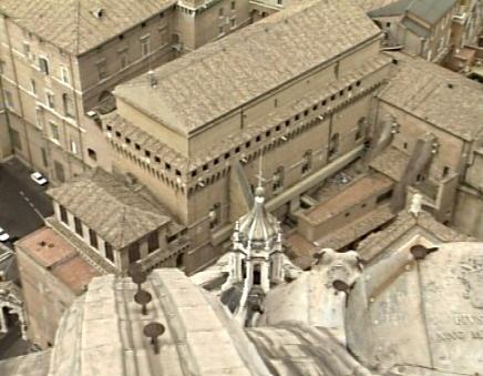 Сикстинская капелла, похожая на прямоугольную шкатулку и примыкающая с Собору Св. Петра, внешне выглядит как крепостное сооружение. Стоп-кадр из официального ватиканского фильма «Град Ватикан».