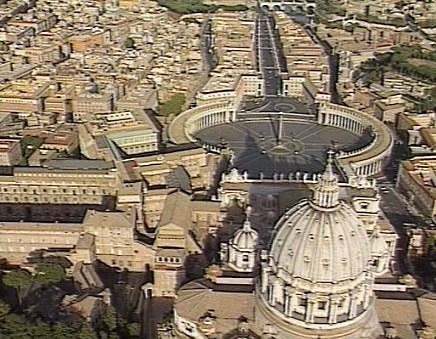 Вид с птичьего полета на Сикстинскую капеллу и Ватикан. Стоп-кадр из фильма «Град Ватикан».