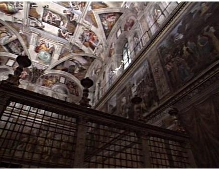 Суровый внешний вид капеллы контрастирует с внутренним интерьером, украшенным роскошными фресками. Стоп-кадр из официального ватиканского фильма «Град Ватикан».