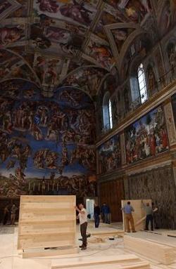 На иллюстрации из журнала «Шпигель»: Сикстинская капелла подготавливается к проведению конклава (выбора Папы) в 2005 году. Видна алтарная стена с фреской «Страшный суд» и потолочные фрески по мотивам Ветхого и Нового завета.