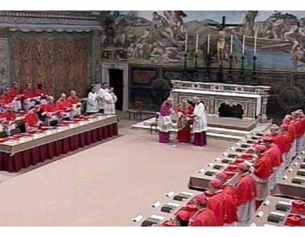 Кадр ватиканского телецентра CTV показывает момент первого дня (18 апреля) конклава 2005 года, на котором позднее был избран Папой под именем Бенедикта XVI Йозеф Ратцингер (на снимке он у алтаря (в центре), еще в качестве главы кардинальской коллегии).