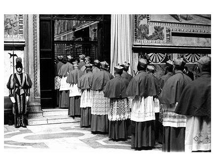 Распевая латинское песнопение «Veni Creator Spiritus» («Приди дух Творца»), кардиналы шествуют в Сикстинскую капеллу 14 октября 1978 года, во время конклава, на котором позднее был избран Папой Кароль Войтыла под именем Иоанна Павла II.